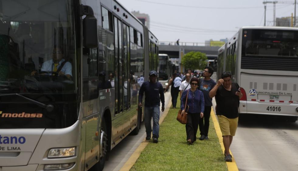 Algunas personas optaron por bajar de los buses del Metropolitano y caminar hasta la parte alta de la Vía Expresa. (Foto: Alonso Chero / El Comercio)