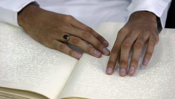 Un invidente lee el Corán en braille. AFP