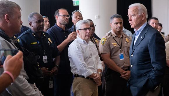 El presidente de Estados Unidos, Joe Biden, saluda a los socorristas tras el colapso del edificio de condominios Champlain Towers South de 12 pisos en Surfside, Miami. (Foto de SAUL LOEB / AFP).