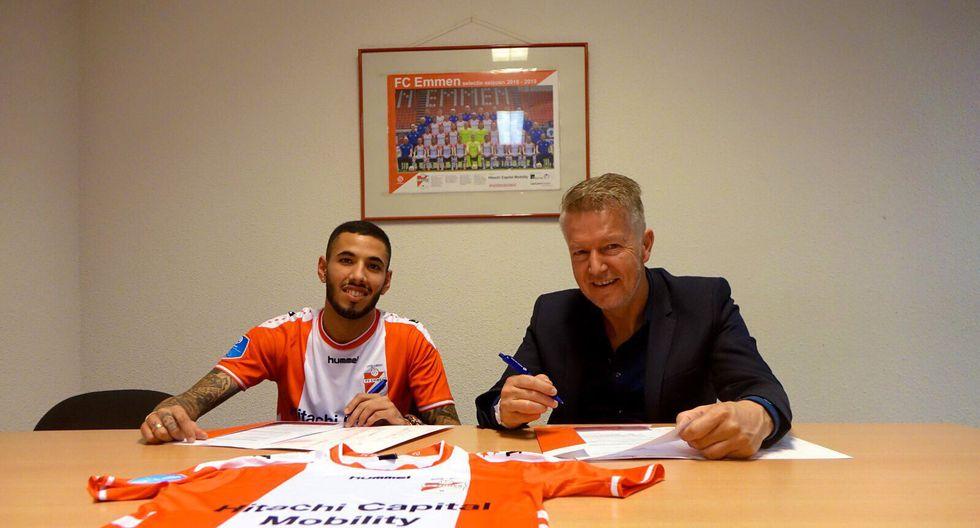 Sergio Peña firmando su contrato con el FC Emmen. (Foto: Agencias)