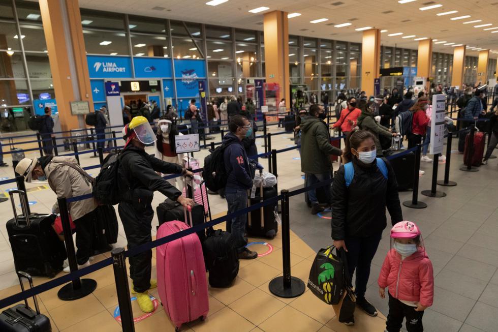 Antes de realizar el check in las personas realizaron colas para ser atendidos. Entre el personal del aeropuerto y los pasajeros se colocó una ventanilla de separación. (Foto: Renzo Salazar)