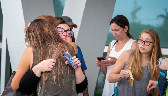 Familias y amigos de personas desaparecidas en el colapso parcial de un edificio de 12 pisos en Surfside, Miami, esperan información oficial. (EFE / EPA / CRISTOBAL HERRERA-ULASHKEVICH).