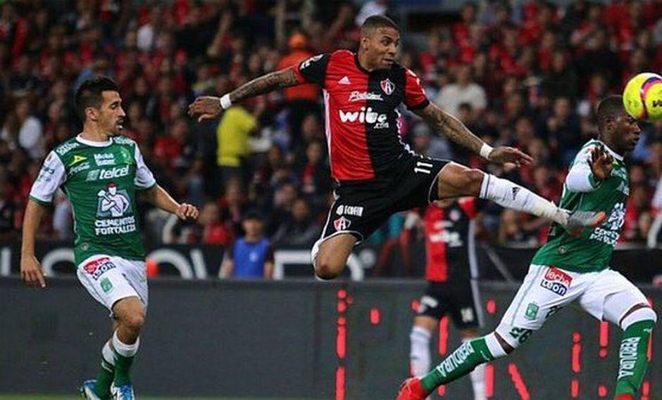 El volante peruano Alexi Gómez fue requerido desde el inicio del partido entre Atlas y León. El triunfo quedó en manos del conjunto rival por 2-1. (Foto: Imago7)