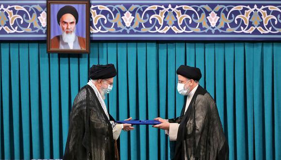 El ayatola Alí Jamenei (izquierda) durante la toma de mando de Ebrahim Raisi como presidente de Irán. (Foto: AFP).
