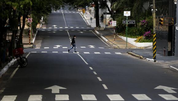 Un hombre cruza la calle Cerro Cora en el centro de Asunción, Paraguay, durante la cuarta semana de cuarentena para evitar la propagación del nuevo Coronavirus. (AP Photo / Jorge Saenz).