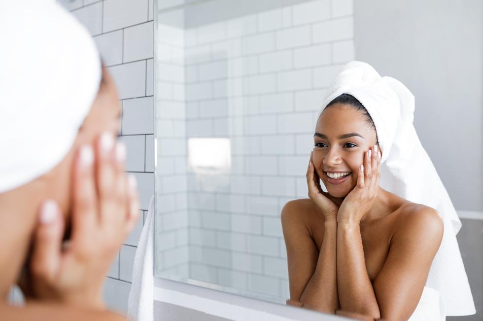 1. Por la mañana, se percibe el rostro muchas células impuras. Esto se debe a que una capa descompuesta de ellas cubre la piel, ocasionando incluso el exceso de sebo segregado desde la noche. (Foto: Shutterstock)