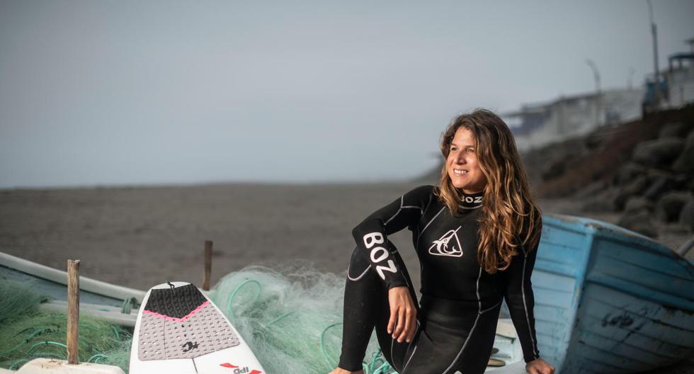 EMBARCADA HACIA UN SUEÑO. Sofía Mulanovich mirando el horizonte de Caballeros, su playa de toda la vida. En el 2019, se consagró campeona mundial del tour ISA (International Surfing Association), título que le permitió clasificar a los Juegos Olímpicos de Tokio 2020. (Foto: Elías Alfageme)