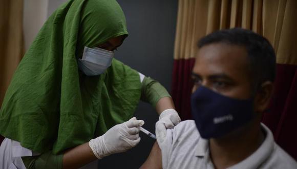 Un bangladesí recibe una vacuna contra el COVID-19 en un hospital en Daca, Bangladesh, el 8 de mayo de 2021. (AP Foto/Mahmud Hossain Opu).