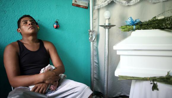 l padre del menor, Nelson Gabriel Lorío, con la frente apoyada sobre ataúd del pequeño, luce la mirada perdida, como quien trata de procesar el desgarrador suceso. En su pantalón corto hay gotas de sangre del niño, huellas de un suceso ocurrido en la capital y que conmocionó al país centroamericano. (Foto: Reuters)