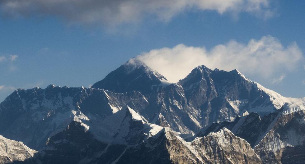 Esta imagen tomada desde un avión comercial muestra una vista aérea del Monte Everest y la cordillera del Himalaya. (AFP)