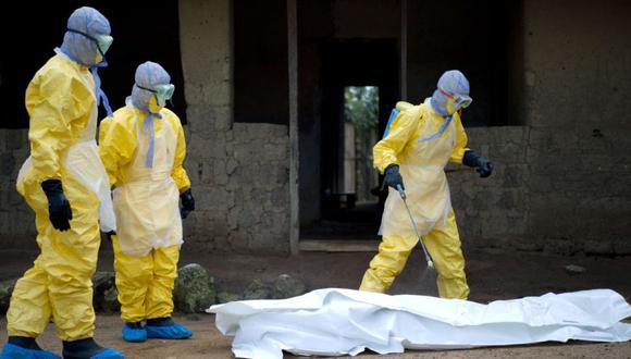 Los trabajadores sanitarios de la Cruz Roja de Guinea se preparan para llevar el cuerpo de una víctima del virus del Ébola en Momo Kanedou, Guinea, el 19 de noviembre de 2014. (Foto: AFP /KENZO TRIBOUILLARD GUINEA-HEALTH-EBOLA-WAFRICA).