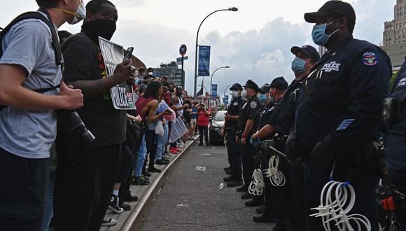"""Los policías en Estados Unidos están bajo escrutinio en medio de las denuncias por maltrato y represión. Acá durante una manifestación en Brooklyn de """"Black Lives Matter"""". (AFP)"""