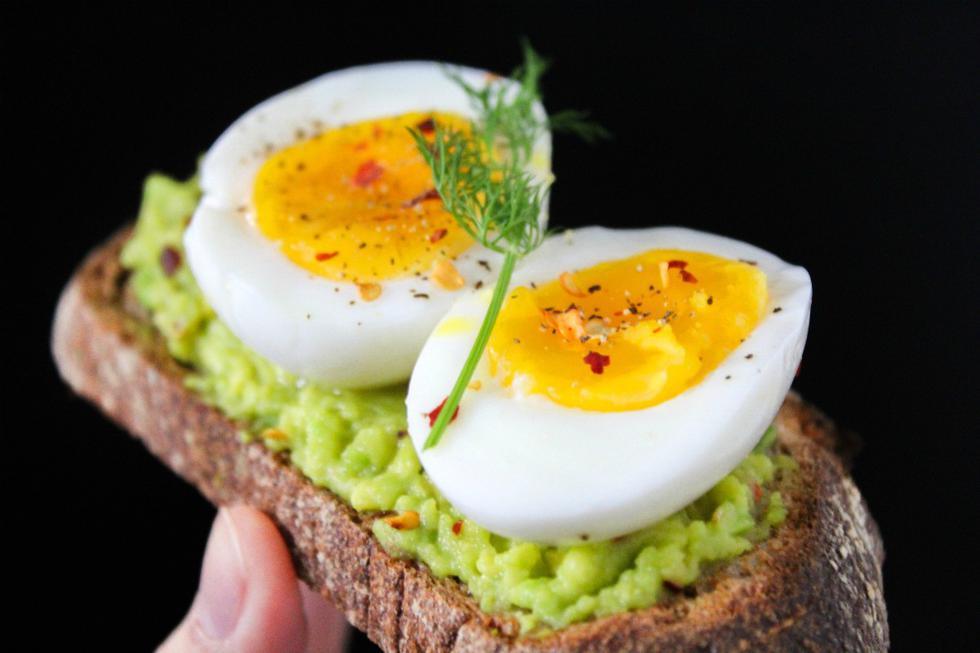 """No siempre es así. A varias personas el <a href=""""https://mag.elcomercio.pe/recetas/tecnicas-y-terminos-culinarios/el-truco-para-saber-si-los-huevos-que-compraste-son-frescos-o-no-trucos-de-cocina-trucos-caseros-estados-unidos-eeuu-usa-mexico-recetas-de-cocina-nnda-nnni-noticia/""""><font color=""""blue"""">huevo</font></a> no les sienta bien. Lo más probable es que se deba a la forma de cocinarlos. Los pasados por agua se digieren mejor que los duros o los fritos, que son los más calóricos debido al aceite. (Foto: Pexels)"""
