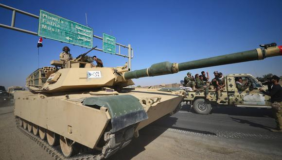 Un tanque de guerra de Iraq avanza sobre una carretera de la ciudad de Kirkuk. (Reuters).