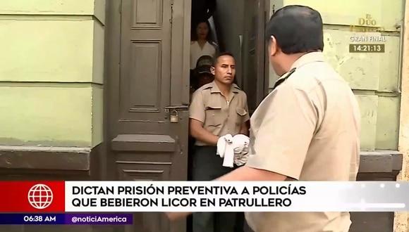 Los dos suboficiales fueron grabados bebiendo licor junto a dos mujeres en un patrullero. (Foto: Captura América Noticias)