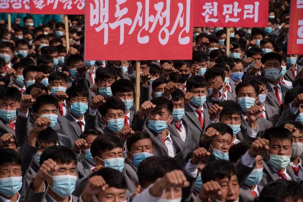 Los participantes con máscaras faciales por el coronavirus se reúnen durante una manifestación que marca el inicio de una 'Campaña de 80 días', en la plaza Kim Il-sung en Pyongyang, Corea del Norte. (AFP / KIM Won Jin).