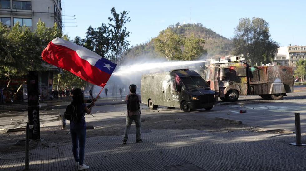 Cumplidos 45 días de protestas en Chile, que han dejado al menos 23 fallecidos, el estallido social parece lejos de haber terminado y este domingo la protesta se aproximó al domicilio del presidente Sebastián Piñera para regalarle una muestra más de descontento social en el día de su 70 cumpleaños. (Foto: Reuters)