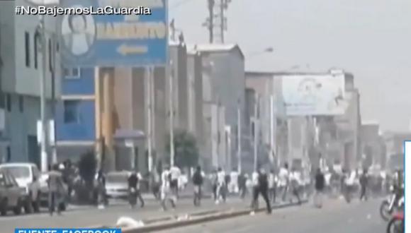Barristas de Alianza Lima se enfrentaron esta mañana en los exteriores del estadio Villanueva, en La Victoria. (Foto: captura TV Perú Noticias)