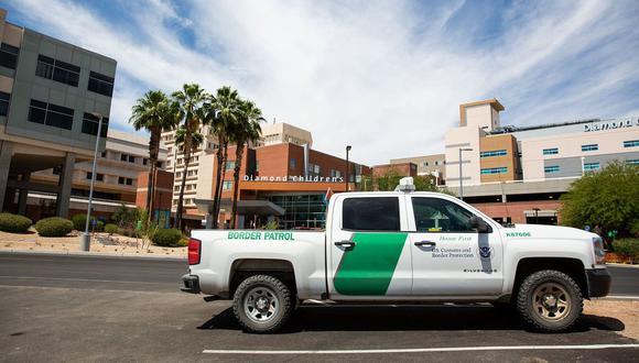 Un vehículo de la Patrulla Fronteriza frente al Centro Médico Banner-University en Tucson, Arizona. (Foto: Deanna Alejandra Dent para The New York Times).