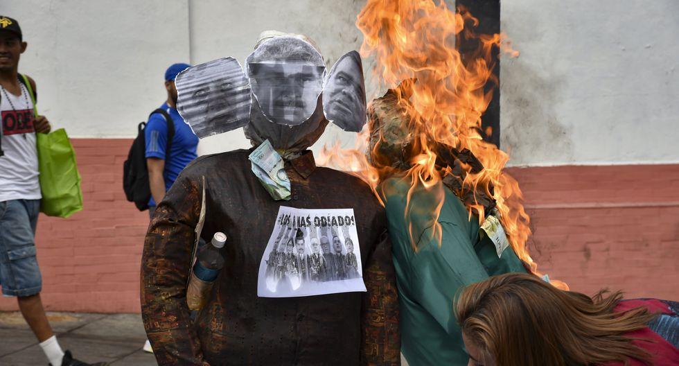 """Guaidó, Maduro y """"el apagón"""" ardieron en la quema de Judas en Venezuela. Foto: AFP"""