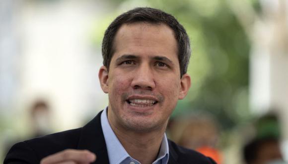 """Juan Guaidó aseguró que la escasez de vacunas """"no tiene que ver con ninguna sanción"""". (Foto: Yuri CORTEZ / AFP)"""