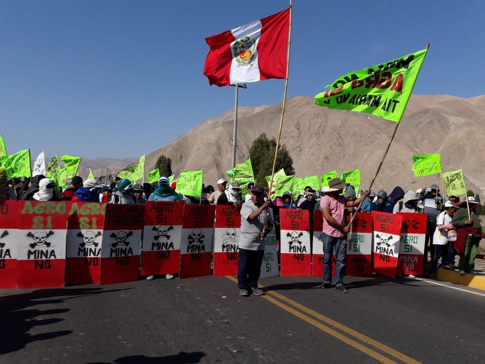 Manifestantes bloquean la vía Panamericana Sur pese al anuncio de una movilización pacífica. (Foto: Zenaida Condori)