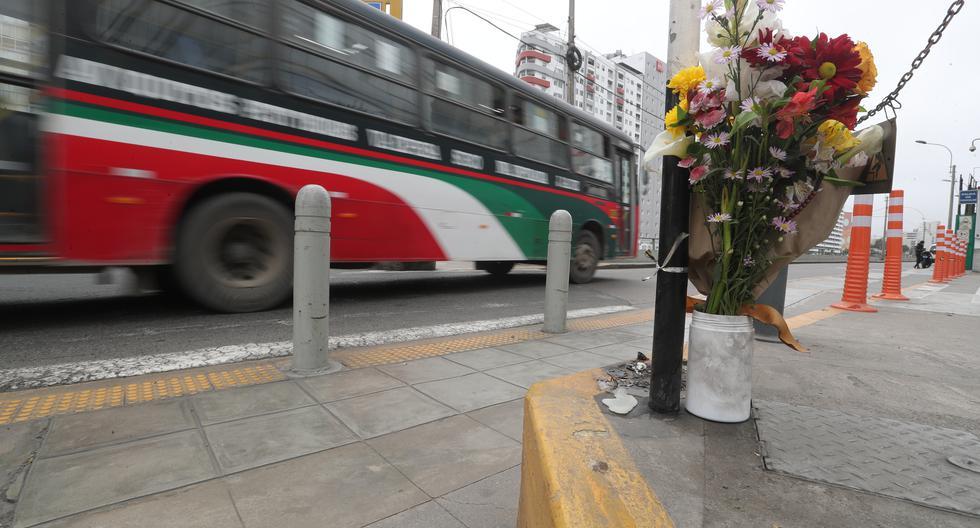 Colectivos de ciclistas dejaron flores y carteles en la zona donde un joven fue atropellado el miércoles. Denuncian que no hay fiscalización para controlar límites de velocidad. (Foto: Lino Chipana Obregón / @photo.gec)