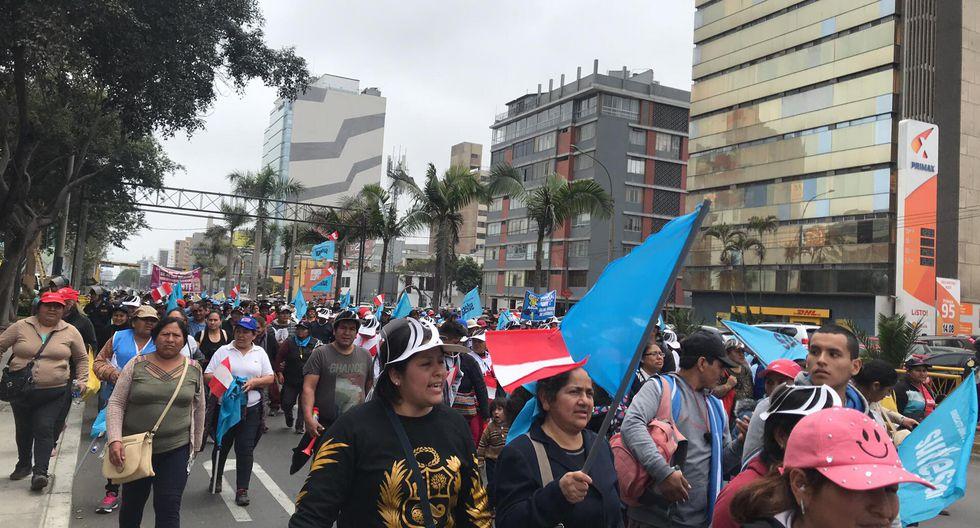 Manifestantes se dirigen al Ministerio de Vivienda (Foto: Yvonne Bances)