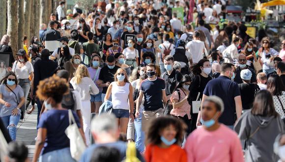 La imagen muestra a personas caminando en Champs Elysees Avenue en Paris, en agosto de 2020. (Foto: Ludovic MARIN / AFP)