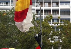 El golpe de un paracaidista contra un poste de luz en el desfile del 12 de octubre en Madrid | VIDEO | FOTOS