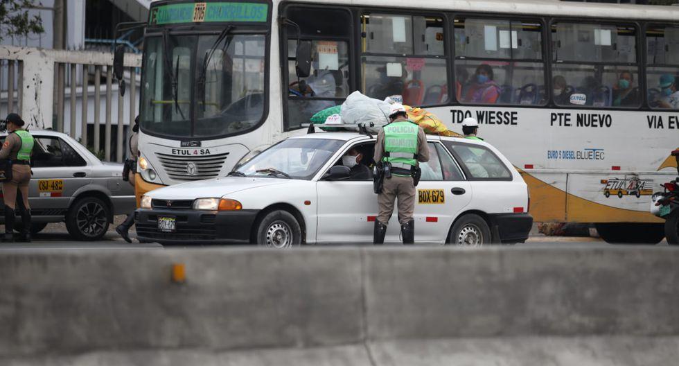 La Policía Nacional del Perú (PNP), en conjunto con personal de las Fuerzas Armadas, realiza este sábado operaciones de fiscalización de tránsito vehicular en SJM y Los Olivos. (Foto: Britanie Arroyo/GEC)