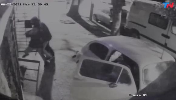 Un padre mató a un ladrón de 15 años que tomó como rehenes a sus hijos para robar una casa en Argentina. Cámaras de seguridad captaron lo sucedido. (Captura de video).