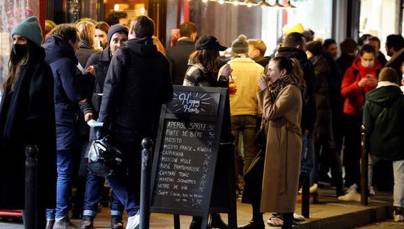 Imagen referencial. La gente es vista en los exteriores de un bar en París, Francia,  el 15 de enero de 2021. (Thomas COEX / AFP).