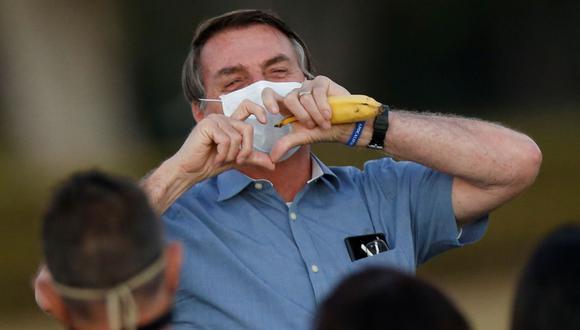 El presidente de Brasil, Jair Bolsonaro, hace gestos mientras se reúne con sus partidarios durante una ceremonia de bajada de la bandera nacional, en medio del brote de la enfermedad por coronavirus. (Foto: Archivo/REUTERS / Adriano Machado).
