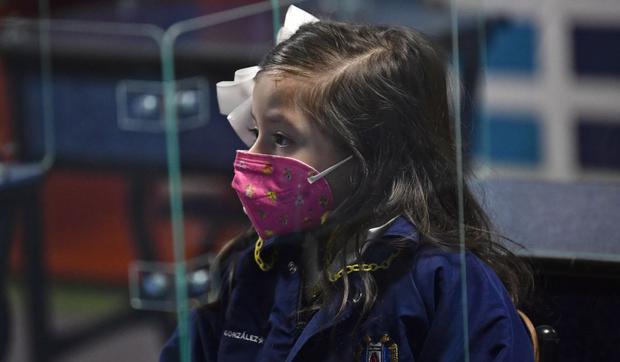 On August 30, 2021, a girl attends a class at Motolinia Elementary School as she returns to live learning after being detained in the middle of the Covit-19 epidemic in Mexico City (Photo: Pedro Bardo / AFP)