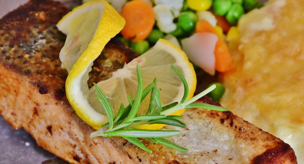 El filete de pescado combina perfectamente con ensalada, cítricos, puré de papas, pastas, entre otras guarniciones. (Foto: Pixabay)