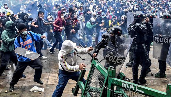 Manifestantes chocan con la policía antidisturbios durante una protesta contra el presidente Iván Duque en Bogotá, Colombia. (JUAN BARRETO / AFP).