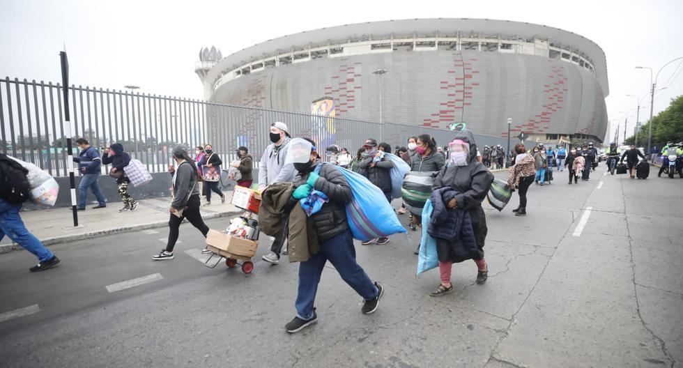 Ambulantes que fueron desalojados de la Av. Grau llegaron hasta los exteriores del Estadio Nacional. (Foto: Britanie Arroyo)