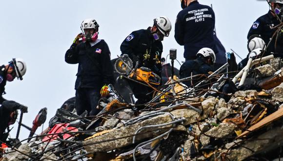 Los equipos de rescate trabajan en el edificio de condominios Champlain Towers South de 12 pisos parcialmente derrumbado en Surfside, Florida. (Foto de CHANDAN KHANNA / AFP).