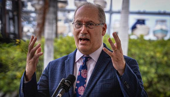El alcalde de Miami Beach, Dan Gelber, habla durante una rueda de prensa ofrecida este lunes en la sede de la Alcaldía de Miami, Florida.