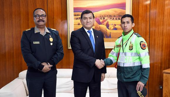 Ministro Morán respaldó al SO3 Elvis Huamaní, quien intervino a un conductor infractor que trató de embestirlo (Foto: Mininter).
