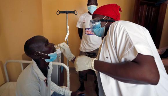 Un trabajador de salud toma una muestra de hisopo de un hombre para una prueba rápida de antígeno mientras cientos de miles de peregrinos senegaleses de la Hermandad Mouride se reúnen para el festival anual Grand Magal, mientras continúa la propagación mundial de la enfermedad del coronavirus (COVID-19), en el ciudad de Touba, Senegal. (REUTERS/Zohra Bensemra).
