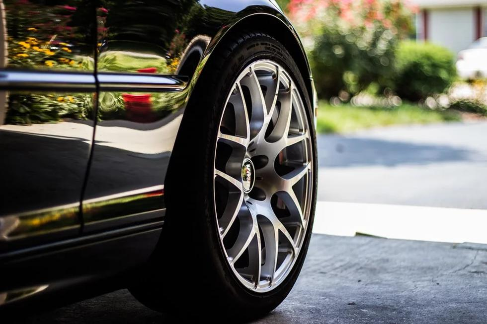 Revisa la presión de las llantas. Con las bajas temperaturas, las llantas de los vehículos también sufren una caída de presión, esto conlleva a que la conducción se vuelva más insegura y provoque un mayor consumo de combustible.