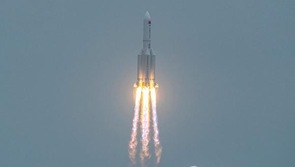 En esta foto de archivo tomada el 29 de abril de 2021, un cohete Long March 5B, que transportaba el módulo central de la estación espacial Tianhe de China, despega del Centro de Lanzamiento Espacial Wenchang en la provincia de Hainan, en el sur de China. (STR / AFP).