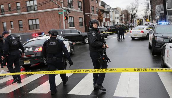 Los oficiales de policía de la ciudad de Nueva York llegan a la escena luego de informes de disparos reportados el 10 de diciembre de 2019. (Foto: AP)