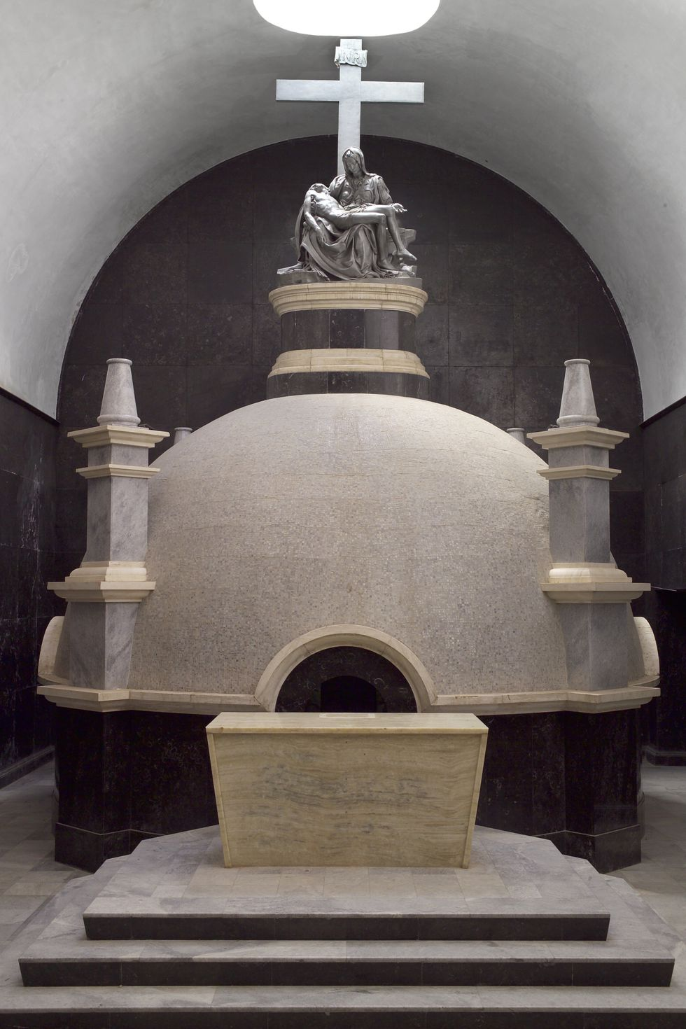 La Piedad 'negra' está en la cima de una cripta dentro de la iglesia Santiago Apóstol. (Foto: PromPerú)