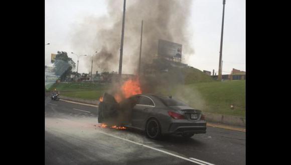 Auto se incendió en plena vía expresa de la Av. Javier Prado