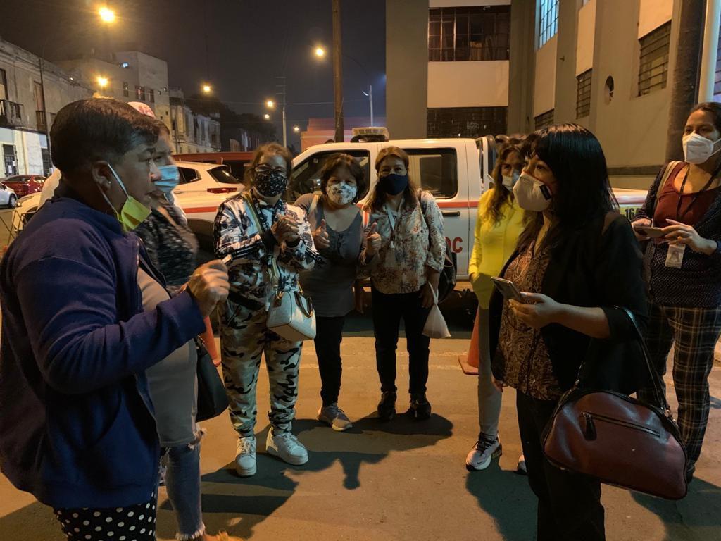 Mirtha Vásquez en los exteriores de una de las comisarías, cuando detuvieron arbitrariamente a personas durante la marcha.