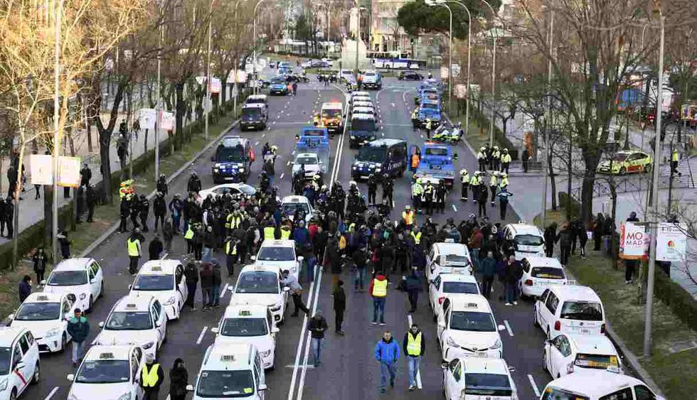 Vista general del Paseo de la Castellana, donde desde ayer domingo permanecen acampados los taxistas que cumplen este lunes su primera semana de huelga, en protesta por la regulación de aplicaciones como Uber. (Foto: EFE)