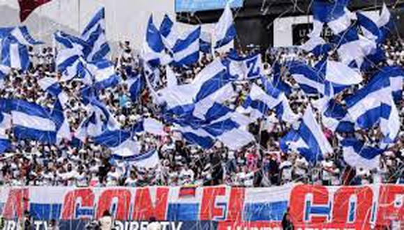 """Hinchas se alistan para alentar el """"partido del tricampeonato""""."""